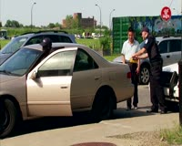 waptrick.one Cop Locks Strangers Out of Their Cars